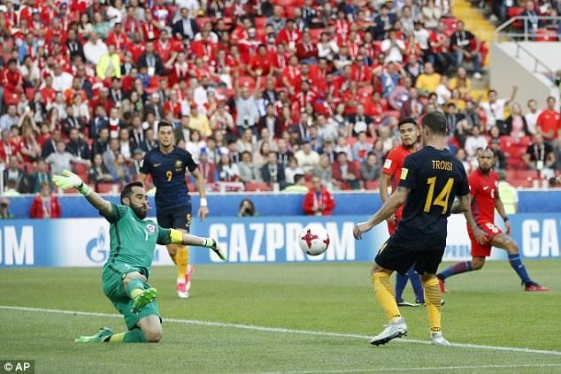 Troisi (phải, Australia) ghi bàn vào lưới Chile