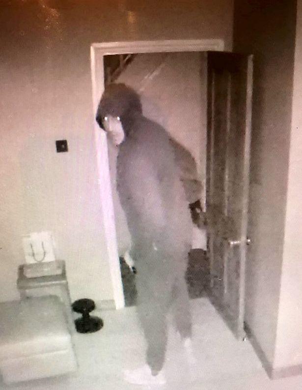 Lợi dụng chủ vắng nhà, tên trộm cậy cửa vào khua khoắng