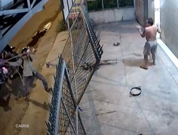 Trộm chó sử dụng súng bắn điện để đe dọa chủ nhà khi bị can thiệp