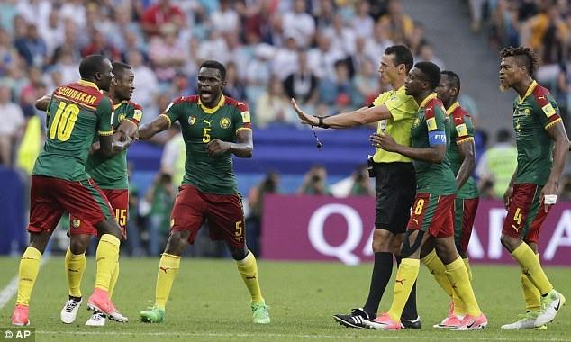 Cầu thủ Cameroon phản ứng khi trọng tài đuổi cầu thủ Siani