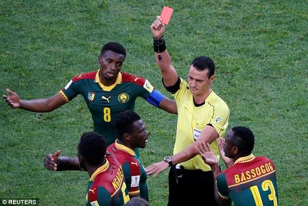 ... mà dành chiếc thẻ đỏ cho Mabouka ở phút 64