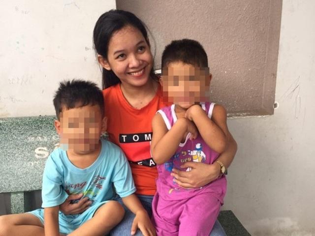 Thạch Thị Bé Trúc vui mừng ôm 2 con nhỏ khi được cho tại ngoại sau 9 tháng bị tạm giam