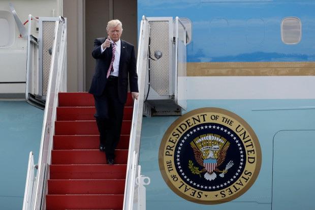 Tổng thống Trump bước xuống từ chiếc Boeing 747.