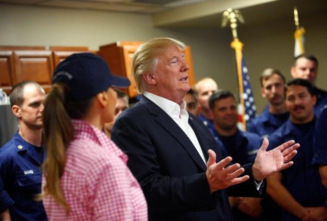 Nhân dịp lễ Tạ ơn, Tổng thống Donald Trump và Đệ nhất phu nhân Melania Trump ngày 23/11 đã tới thăm căn cứ của Lực lượng Tuần duyên Mỹ ở Riviera Beach, bang Florida và trò chuyện với các binh sĩ tại đây. (Ảnh: Reuters)