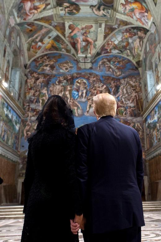 Tổng thống Trump nắm tay vợ khi tới thăm Nhà nguyện Sistine sau cuộc gặp với Giáo hoàng Francis tại Vatican.