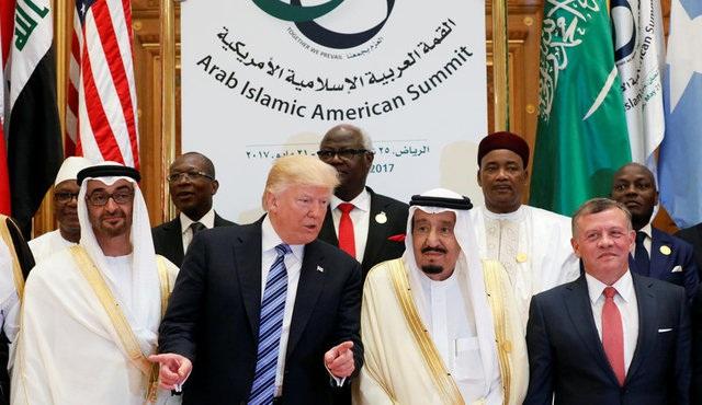 Tổng thống Trump và lãnh đạo các nước tại Hội nghị thượng đỉnh Ả-rập-Mỹ ở thủ đô Riyadh, Ả-rập Xê-út hôm 21/5 (Ảnh: Reuters)