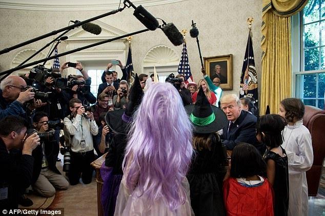Ông chủ Nhà Trắng trò chuyện với các em nhỏ. (Ảnh: AFP/Getty)