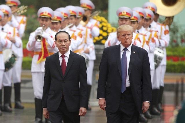 Chủ tịch nước Trần Đại Quang đón tiếp Tổng thống Trump tại thủ đô Hà Nội.
