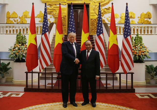 Thủ tướng Nguyễn Xuân Phúc bắt tay Tổng thống Trump.