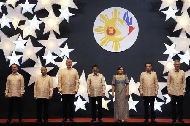 Kết thúc chuyến thăm Việt Nam, Tổng thống Donald Trump tới Philippines dự hội nghị thượng đỉnh ASEAN. Trong ảnh: Ông Trump chụp ảnh cùng lãnh đạo của các nước thành viên ASEAN và các nước đối tác của ASEAN tại Manila, Philippines ngày 12/11.