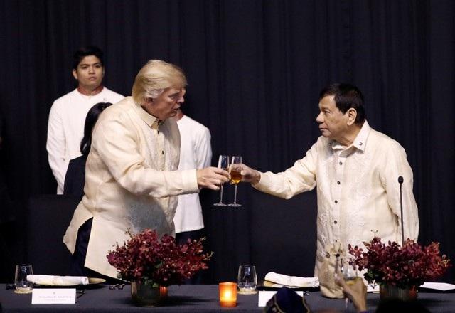 Tổng thống Trump dự tiệc tối do Tổng thống Philippines Rodrigo Duterte chủ trì trong đêm gala đặc biệt kỷ niệm 50 năm thành lập ASEAN.