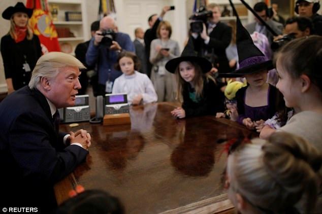 Ông Trump phát những túi kẹo có con dấu đặc biệt của Tổng thống kèm chữ ký cho các thiên thần nhỏ. (Ảnh: AFP)