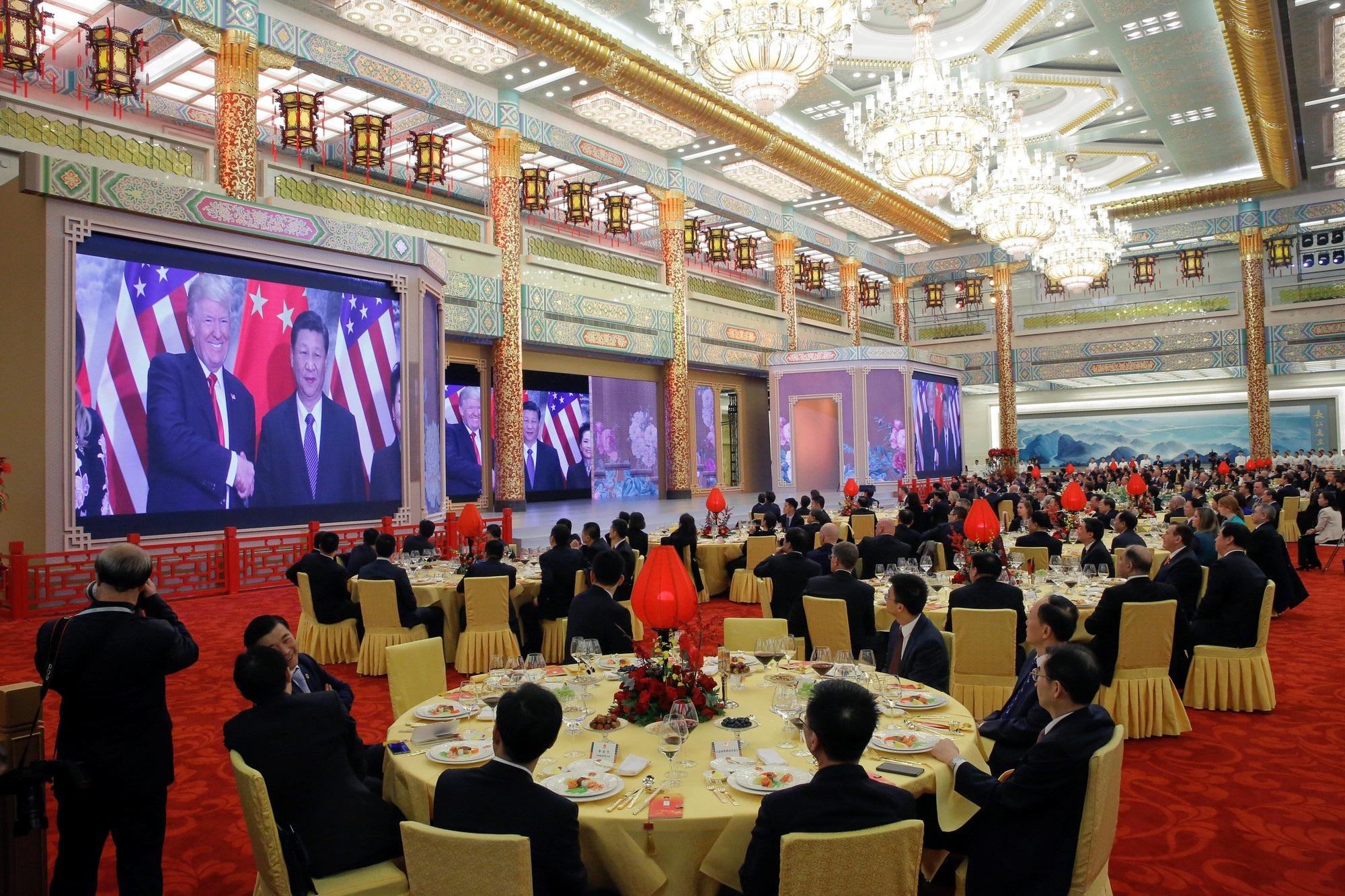 Tổng thống Trump và phu nhân đã được chào đón bằng những tràng pháo tay, các giai điệu của ban nhạc và đoạn video chiếu lại chuyến thăm của Chủ tịch Tập Cận Bình tới Mỹ hồi tháng 4 và cuộc gặp giữa hai nhà lãnh đạo bên lề hội nghị thượng đỉnh G20 hồi tháng 7. (Ảnh: Reuters)