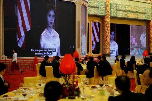Sau khi Tổng thống Trump và Chủ tịch Tập nâng ly khai màn buổi tiệc, màn hình lớn đã chiếu đoạn video quay cảnh Arabella Kushner, cháu ngoại Tổng thống Trump, hát bằng tiếng Trung Quốc. (Ảnh: Reuters)