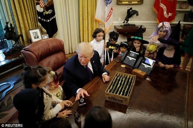 """""""Ồ, bộ trang phục đáng sợ đó, cậu bé. Mọi người đang sợ hãi kìa"""", ông Trump khen ngợi phục trang của một em nhỏ. (Ảnh: Reuters)"""