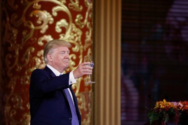 """Tổng thống Trump cũng nâng ly, ca ngợi Trung Quốc là """"quốc gia vĩ đại"""" với bề dày văn hóa và lịch sử. Nhà lãnh đạo Mỹ cũng chúc """"tình hữu nghị Mỹ - Trung sẽ ngày càng phát triển mạnh hơn nữa trong những năm tới"""". (Ảnh: Reuters)"""
