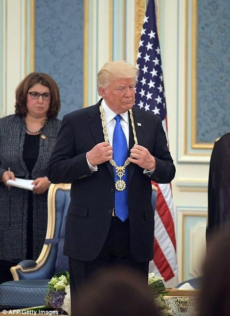 Chuyến công du nước ngoài đầu tiên này của ông Trump kéo dài 9 ngày. Sau Ả-rập Xê-út, ông Trump sẽ tới Israel, Vatican, Bỉ và Italia.