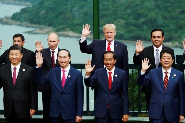 Các nhà lãnh đạo vẫy tay trong bức ảnh lưu niệm chung tại Tuần lễ cấp cao APEC 2017. (Ảnh: Reuters)