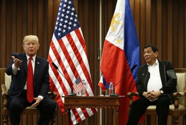 Tổng thống Mỹ Donald Trump và Tổng thống Philippines Rodrigo Duterte hội đàm song phương ngày 13/11. (Ảnh: AFP)