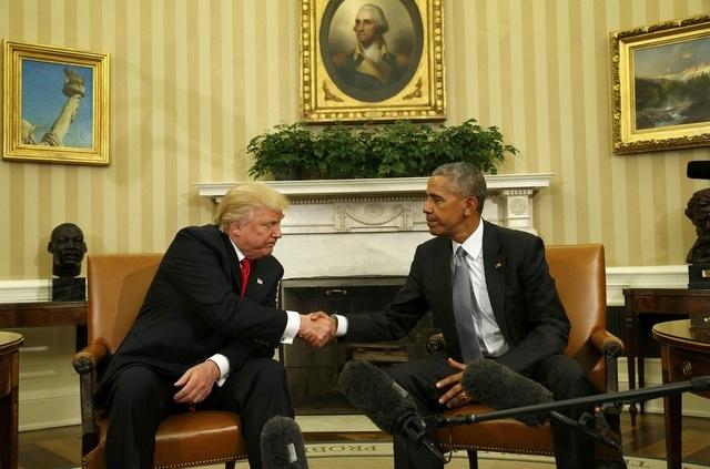 Ngày 10/11/2016, Tổng thống đắc cử Trump và Tổng thống đương nhiệm Barack Obama đã gặp nhau tại Nhà Trắng lần đầu tiên kể từ khi ông Trump giành chiến thắng trong cuộc bầu cử Mỹ. Ông Obama hứa hẹn sẽ chuyển giao quyền lực êm thấm cho người kế nhiệm và dành nhiều lời khuyên cho tổng thống tân cử. Tổng thống đắc cử Trump sẽ tuyên thệ nhậm chức vào ngày 20/1/2017 và chính thức tiếp quản Nhà Trắng trong nhiệm kỳ 4 năm tới. (Ảnh: Reuters)
