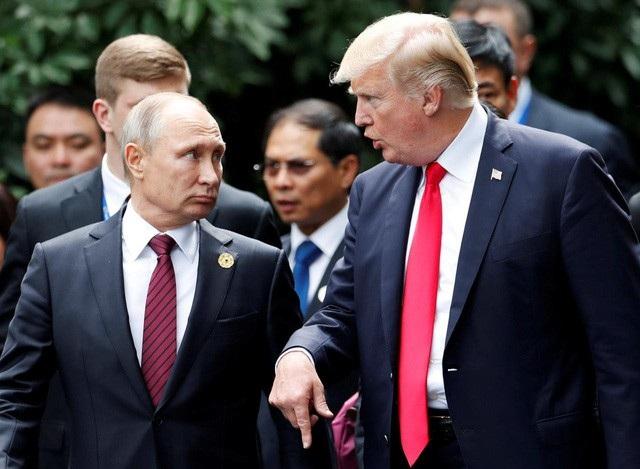 Tổng thống Donald Trump và Tổng thống Putin trong cuộc gặp chớp nhoáng tại Tuần lễ APEC (ảnh: Reuters)
