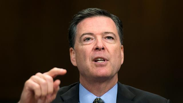 Ông James Comey, người được Tổng thống Mỹ Barack Obama bổ nhiệm làm giám đốc Cục Điều tra Liên bang Mỹ (FBI), đã bị sa Tổng thống Donald Trump sa thải hôm 9/5 với lý do không đủ năng lực để điều hành tốt FBI. Ông Comey chỉ biết tin mình bị sa thải qua bản tin trên truyền hình. (Ảnh: AFP)
