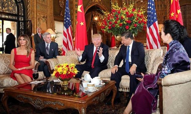 Trước khi dự tiệc tối vào khoảng 6h30 tối 6/4, hai nhà lãnh đạo Mỹ, Trung có cuộc trò chuyện tại phòng khách của Mar-a-Lago. (Ảnh: Reuters)