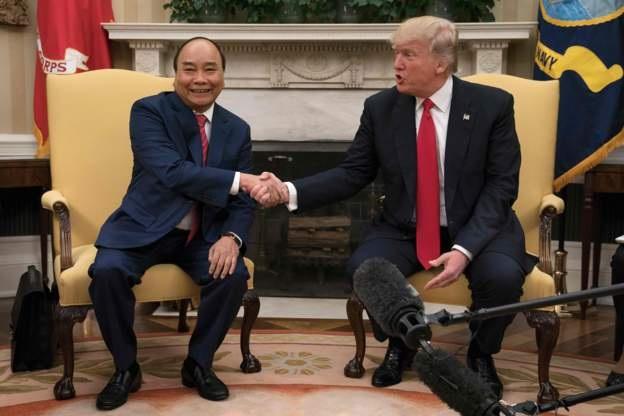 Thủ tướng Nguyễn Xuân Phúc và Tổng thống Donald Trump phát biểu với báo giới trước cuộc hội đàm riêng. (Ảnh: AFP)