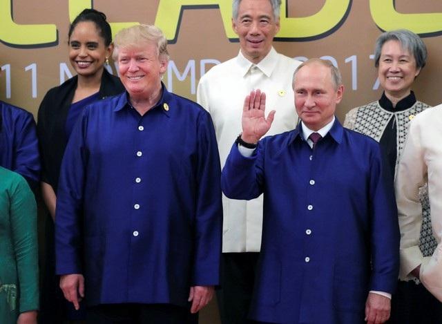 Tổng thống Mỹ Donald Trump và Tổng thống Nga Vladimir Putin trong trang phục truyền thống APEC 2017. (Ảnh: Reuters)