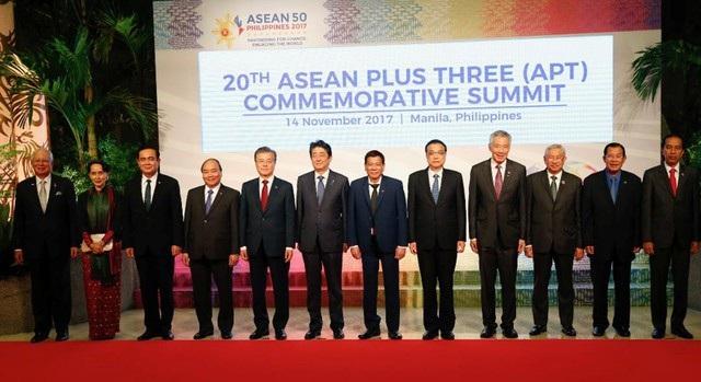 Lãnh đạo các nước thành viên ASEAN chụp ảnh cùng lãnh đạo 3 nước đối tác Trung Quốc, Hàn Quốc, Nhật Bản tại Hội nghị cấp cao ASEAN+3.