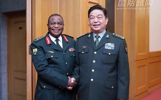Tổng tư lệnh quân đội Zimbabwe Constantino Chiwenga (trái) bắt tay Bộ trưởng Quốc phòng Trung Quốc Thường Vạn Toàn (Ảnh: Bộ Quốc phòng Trung Quốc)