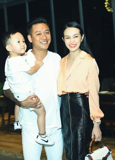 Ca sĩ Tuấn Hưng cùng vợ con đến chia vui với MC Thành Trung.