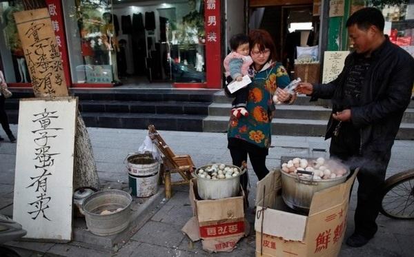 Một hàng bán trứng luộc nước tiểu trên đường phố ở Đông Dương