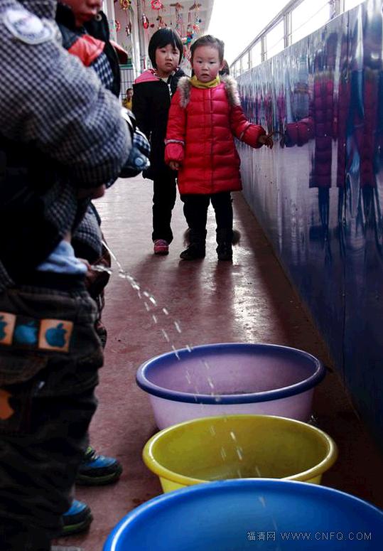 Người ta sẽ lấy nước tiểu của các bé trai trong những trường tiểu học ở địa phương
