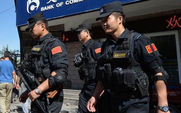 Cảnh sát Trung Quốc tại Tân Cương (Ảnh: AFP)