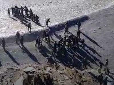 Hình ảnh cắt từ đoạn video được cho là ghi lại vụ xô xát giữa binh sĩ Trung Quốc và Ấn Độ (Ảnh: India Today)