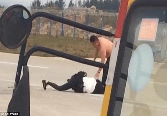 Vào tháng 4, một cuộc đụng độ đã nổ ra giữa đôi vợ chồng trẻ trên đường băng tại một sân bay ở tây nam Trung Quốc. Cặp đôi đang trong quá trình thương lượng chờ ly hôn. Khi vừa bước xuống xe buýt chở khách ra máy bay, họ đã bắt đầu tranh cãi. Cuộc cãi vã dần trở nên căng thẳng và đã leo thang thành cuộc đụng độ. Áo sơ mi của người chồng bị xé toạc và người vợ bị vật ngã xuống đất. Cơ trưởng chuyến bay đã từ chối cho họ lên máy bay và gọi an ninh sân bay để xử lý đôi vợ chồng này. (Ảnh: Asiawire)