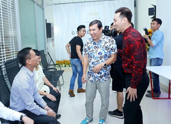 Nghệ sĩ Quang Thắng cũng có mặt từ sớm chia vui với Thành Trung.