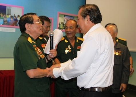 Phó Thủ tướng Hòa Bình trò chuyện với các đồng chí cựu chiến sĩ cách mạng Việt Nam bị địch bắt tù đày (ảnh: VGP)