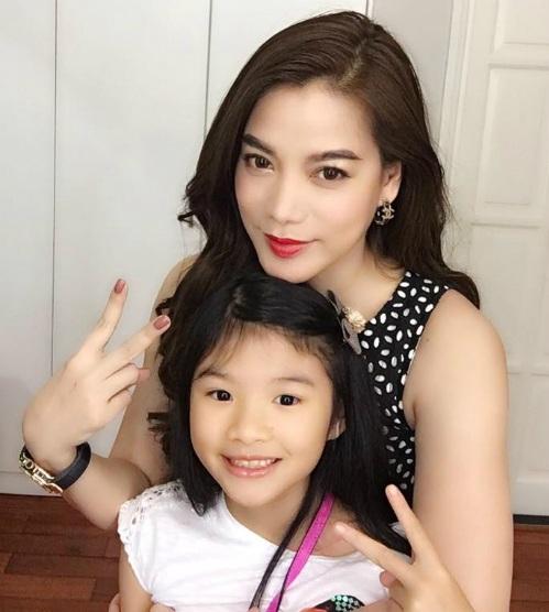 """Diễn viên Trương Ngọc Ánh hạnh phúc cuối tuần """"hẹn hò"""" cùng con gái: Hẹn hò tối thứ 6 máu chảy về em này."""