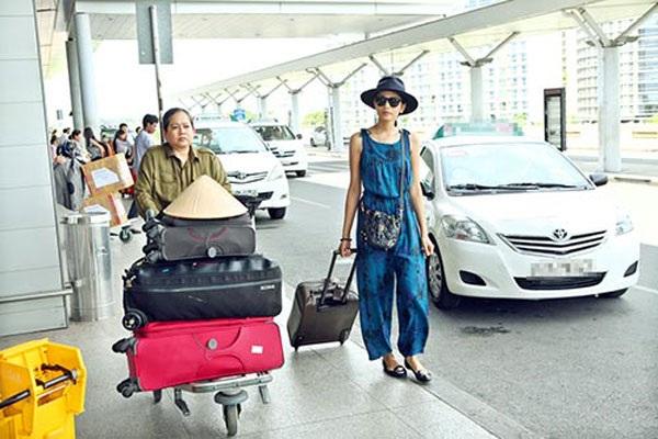 Mẹ Á hậu Trương Thị May luôn đồng hành cùng con gái.