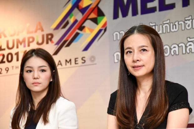 Trưởng đoàn bóng đá nam Watanya Wongopasi (trái) và trưởng đoàn bóng đá nữ Thái Lan Nualphan Lamsam, đều là các nữ tướng