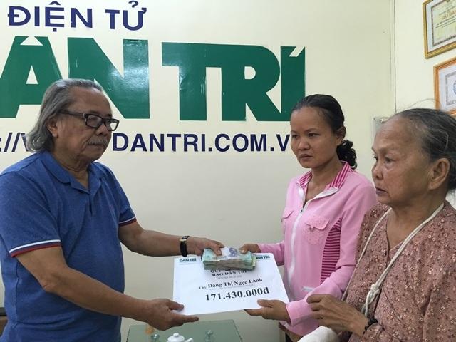 Nhà báo Phan Huy trao tiền bạn đọc Dân trí giúp đỡ cho gia đình bà Nghĩa