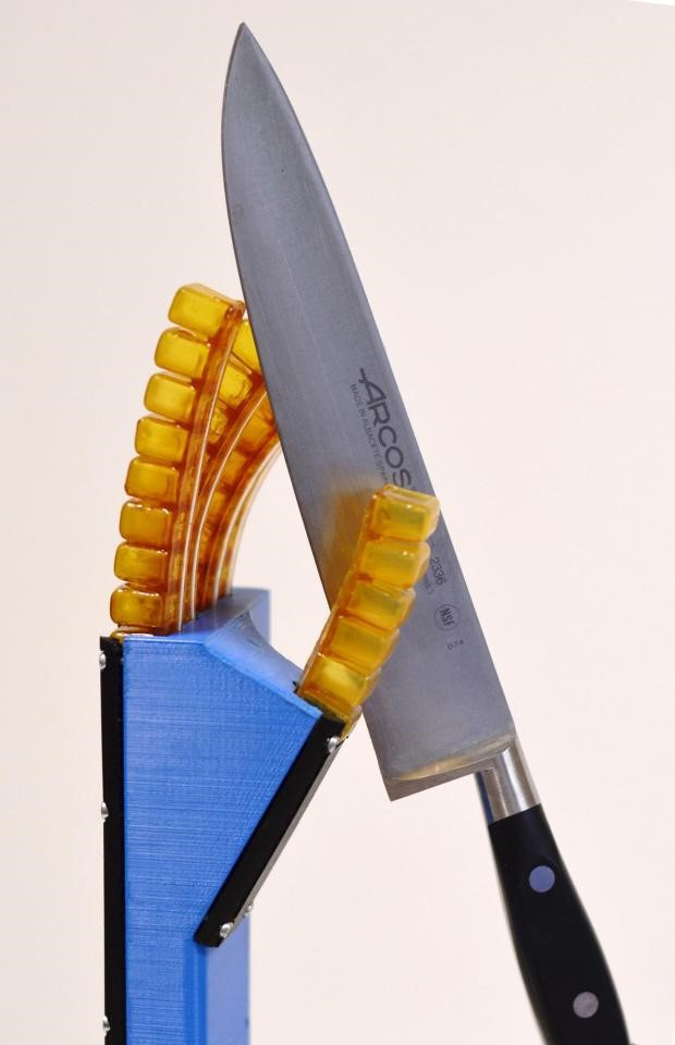 Cánh tay rô-bốt tự làm liền sau khi bị đâm bằng dao.