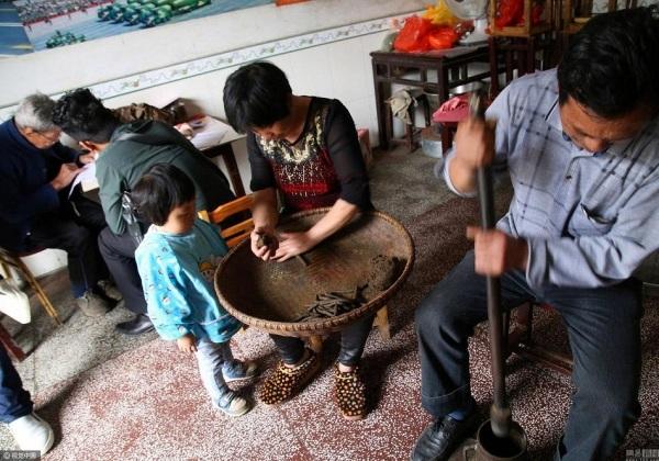 Lúc còn khỏe, ông Lương vẫn kê đơn bốc thuốc cho người dân trong làng
