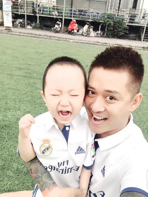 Tuấn Hưng cùng con trai - bé Su Hào ra sân để cổ vũ bố đá bóng. Nam ca sĩ khoe: Hai anh em trong màu áo Real. Khác với lần ra sân trước đây, lần này cu cậu chạy nhảy và dẫn bóng sút bóng nhiều hơn. Không đòi bố khi thấy bố đang chạy trong sân như lần trước nữa.