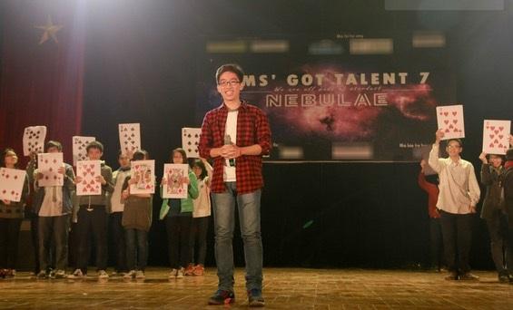 Minh biểu diễn ảo thuật tại chung kết Ams Got Talent 7.