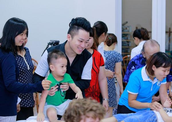 Dịp 1/6 năm nay, Tùng Dương đến thăm và trao quà cho trẻ em tự kỷ.