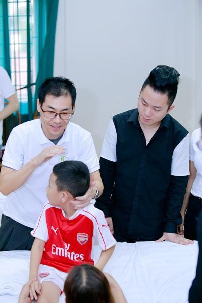 Ca sĩ Tùng Dương thăm và trao quà cho trẻ em tự kỷ - 2