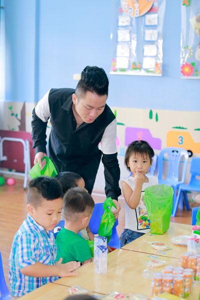 Ca sĩ Tùng Dương thăm và trao quà cho trẻ em tự kỷ - 6